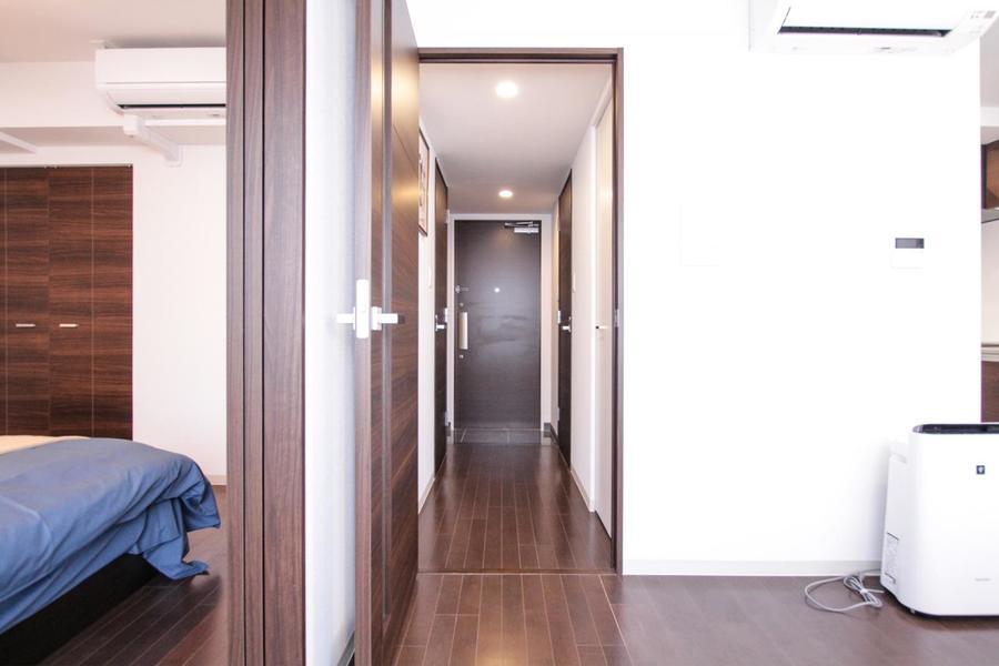 白い壁紙とダークブラウンの扉で統一され、全体的に落ち着いた印象です