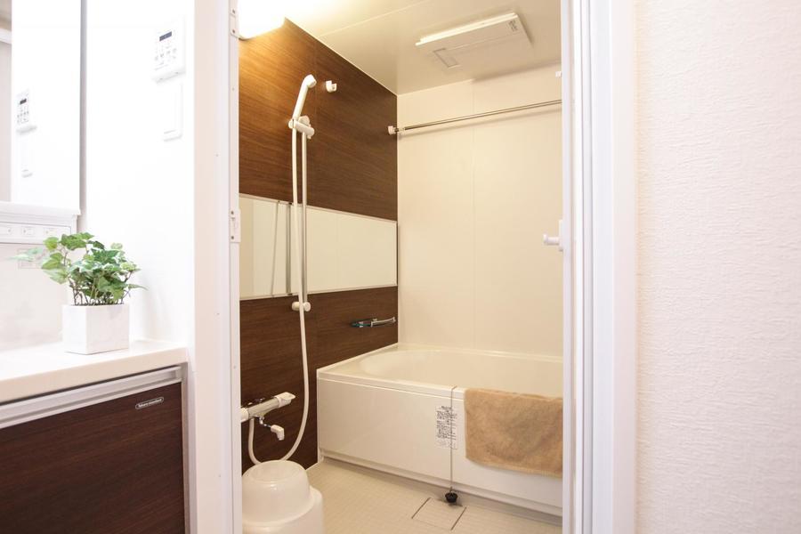 しっかり手足も伸ばせるゆとりのバスタブ。浴室乾燥機付きです