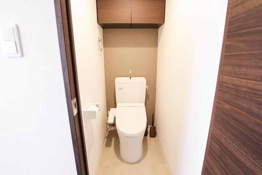 人気のシャワートイレタイプ。上部には収納棚付きです