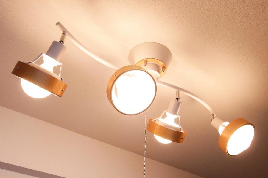 リビングと同じく寝室の照明もシーリングスポットを採用しています
