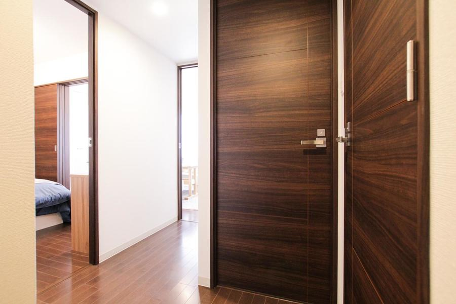 玄関も室内と同じく木目の扉で統一され落ち着いた雰囲気