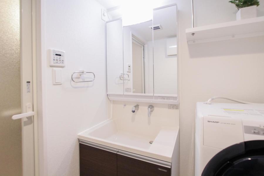 一面の鏡が目を引く洗面台。収納スペースも豊富です