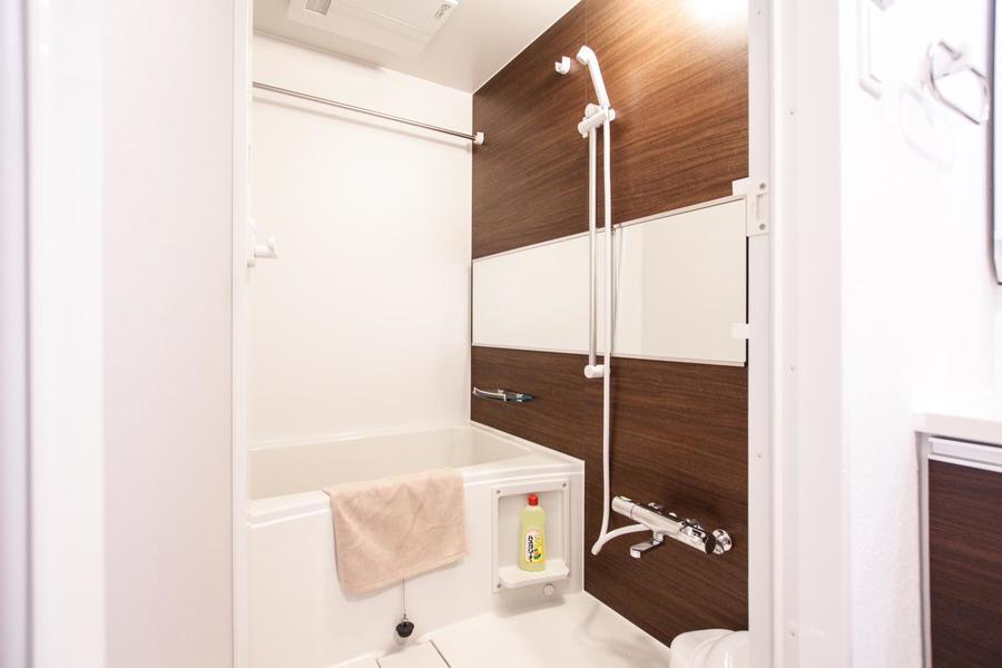 横幅いっぱいに配置された大きな鏡が特徴のバスルーム