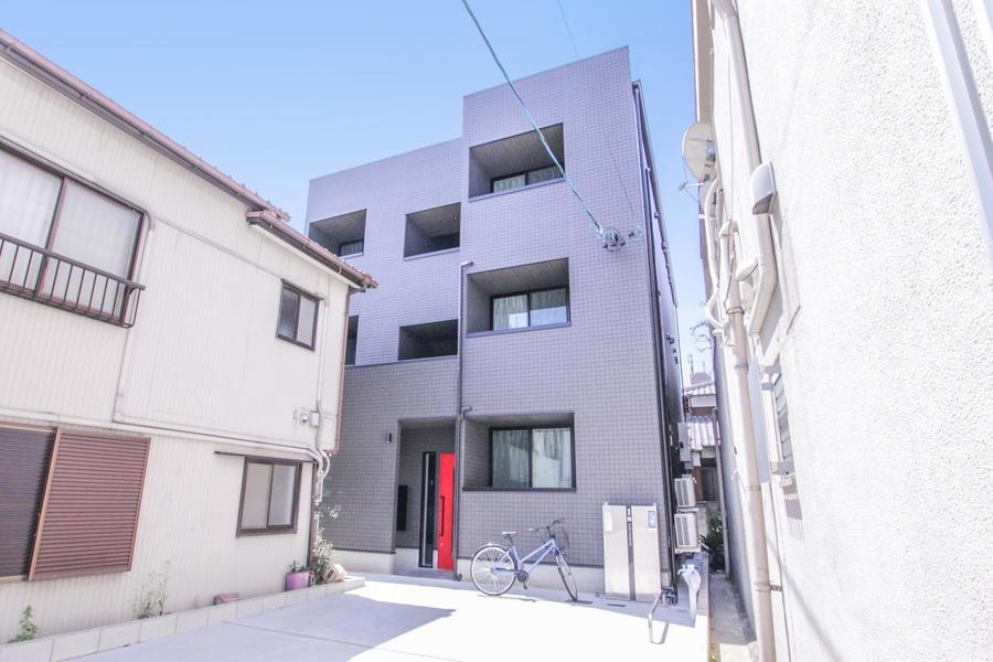 シンプルなスクエアフォルム。周囲の住宅が淡い色合いなのでより目を引きます