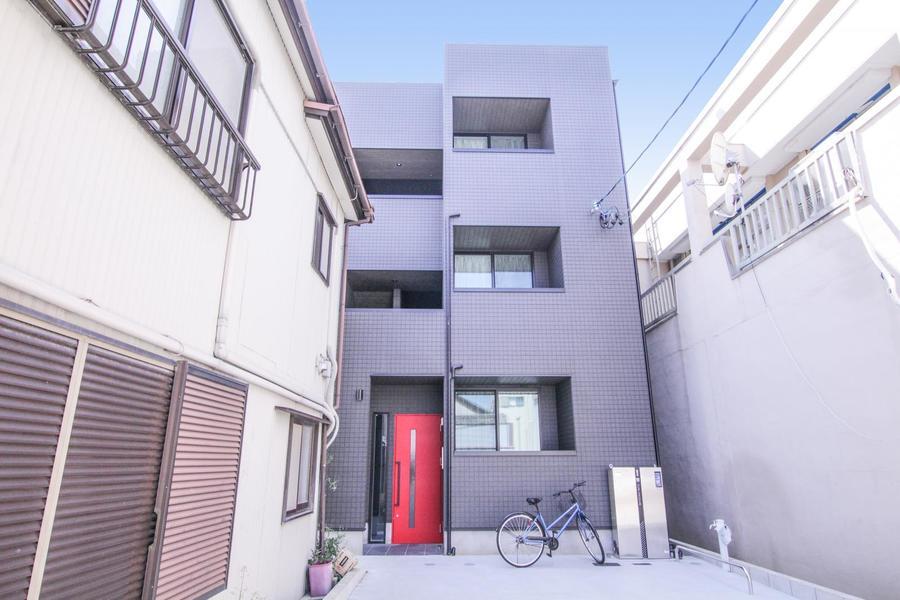 スタイリッシュな外観の中で最も目を引く真っ赤なエントランスドア