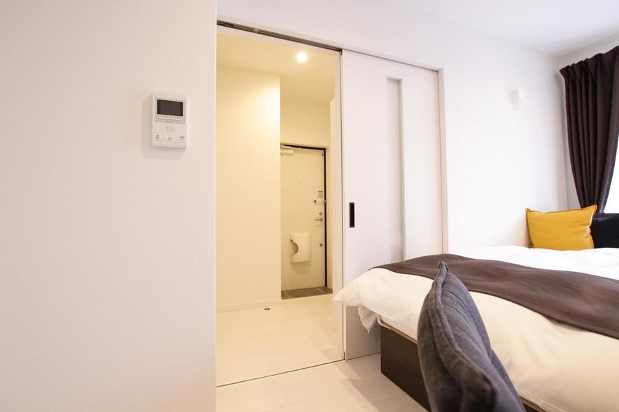 お部屋と玄関の間はスライドドア。段差もなく足元も安心です