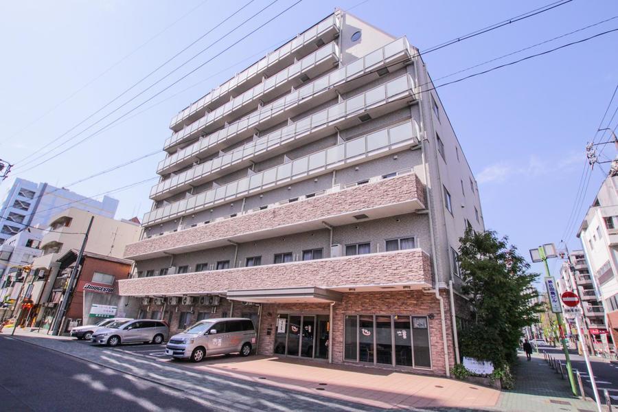 名古屋の繁華街・栄に位置するマンション。シンプルかつシックな外観です