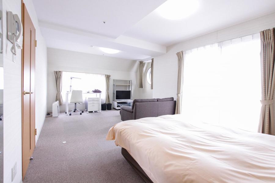 ベッド、ソファ、デスクを置いても余裕のある広々1DKルーム