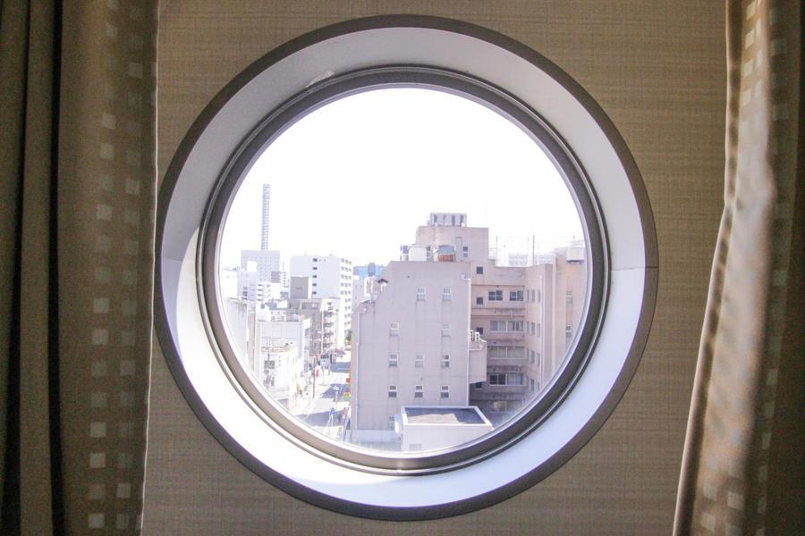 潜水艦を思わせるような丸窓。シンプルなお部屋のアクセントになっています
