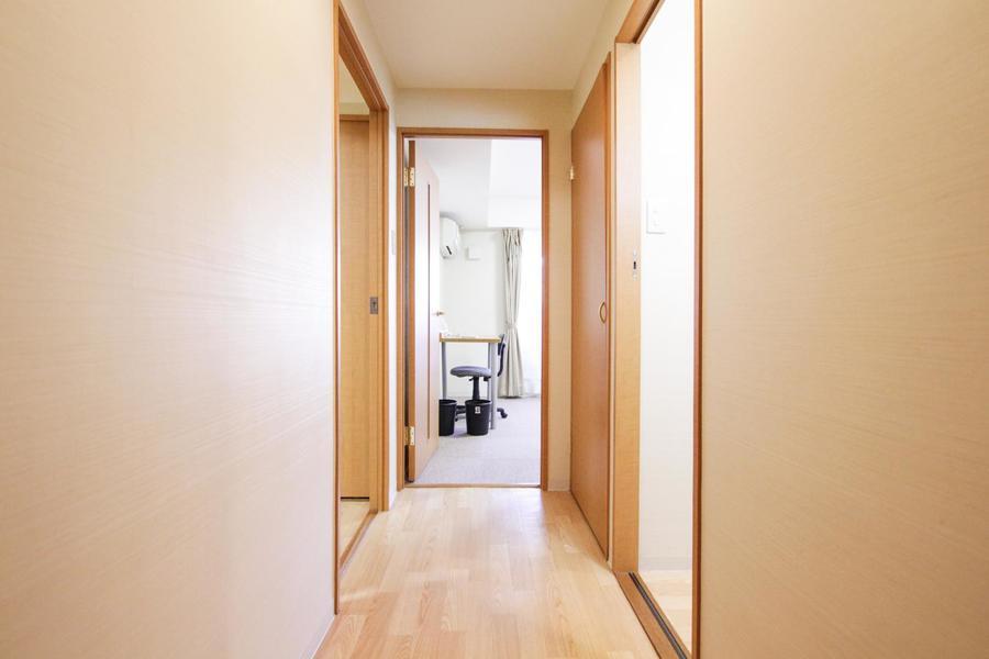 玄関から廊下周辺はあたたかみのあるウッドカラーでまとめられています