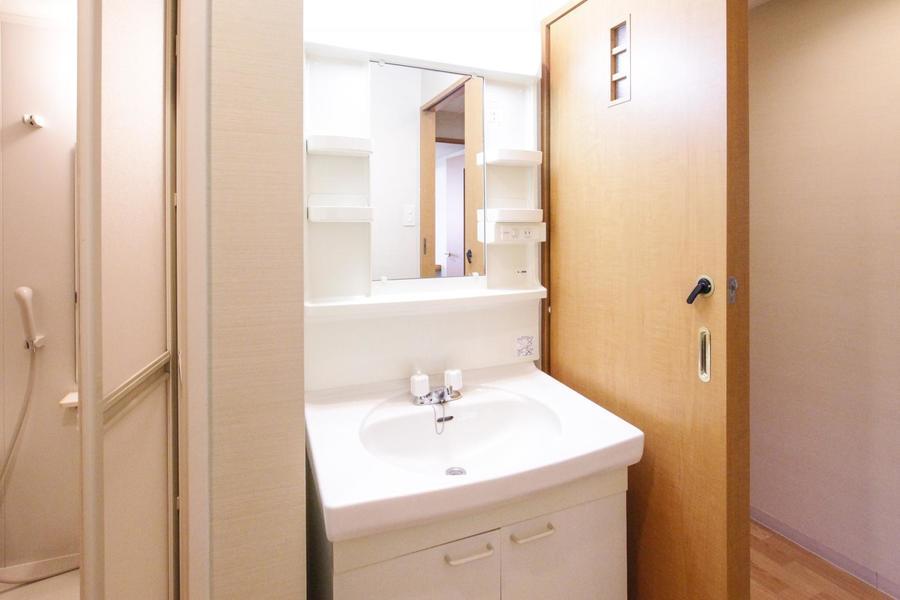 清潔感のある独立洗面台。小物置きのスペースもしっかり取られています