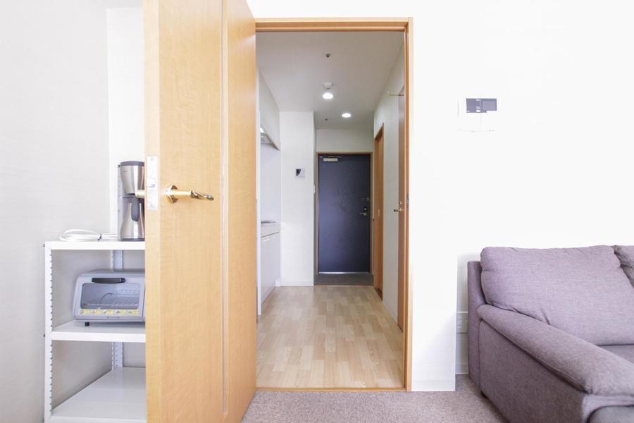 木目が美しい廊下。広めでキッチンもゆったりお使いいただけます