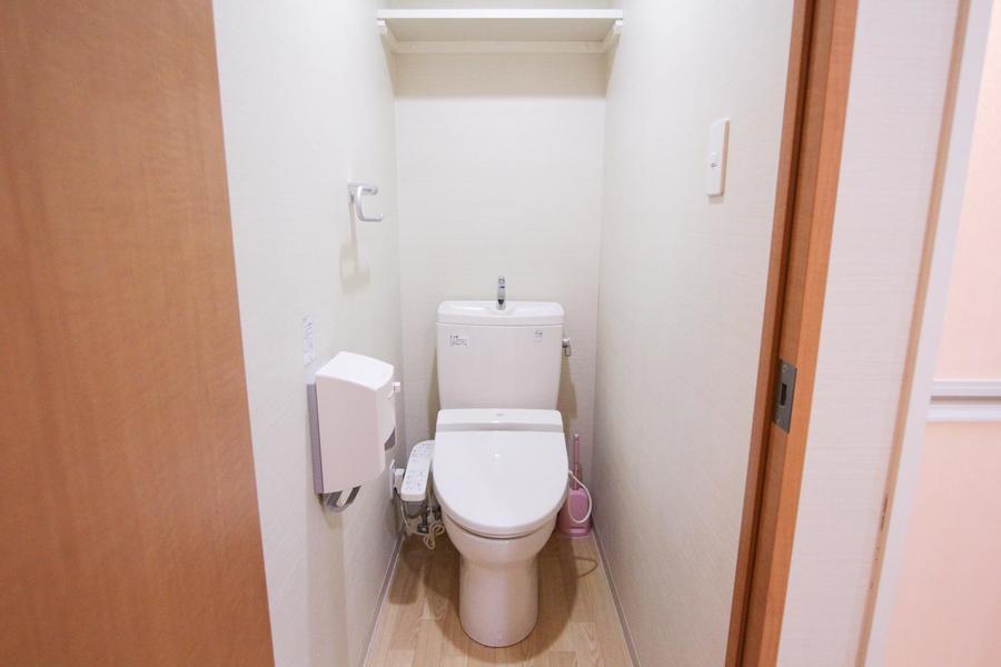 トイレは人気のウォシュレット。小物収納のスペースも設けられています