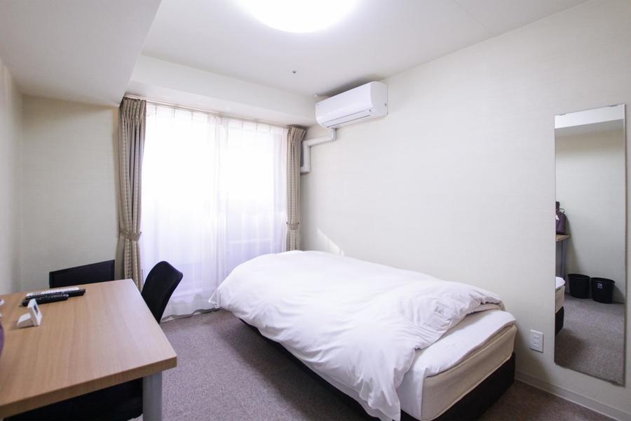 パープルグレーのカーペットが落ち着いた雰囲気の室内