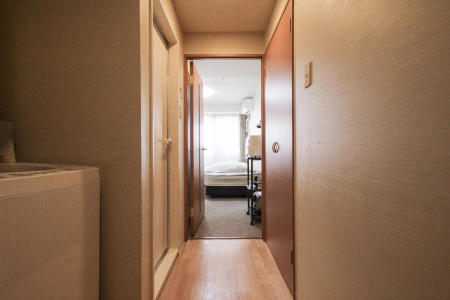 廊下は一転して木のぬくもりを感じさせるカラーリング