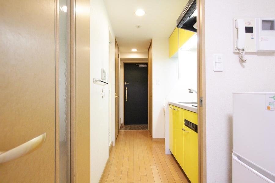 お部屋の顔となる玄関はキッチンの色合いも相まって明るく爽やかな印象です