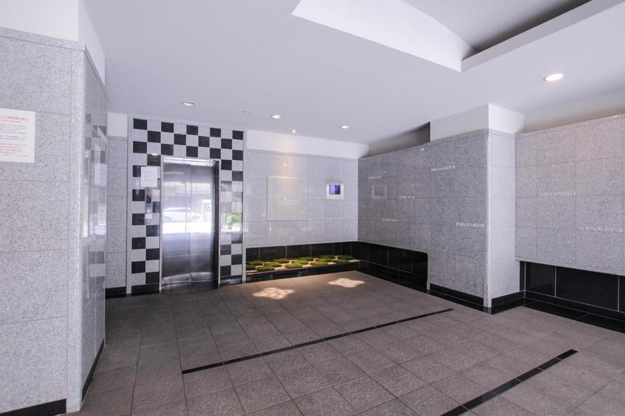 クールな印象のエレベーターホールの一角には、自然を感じさせるエリアも