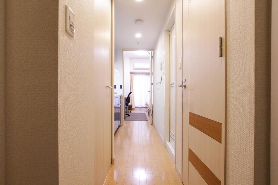 お部屋と同じく木目調のフローリングで統一感があります