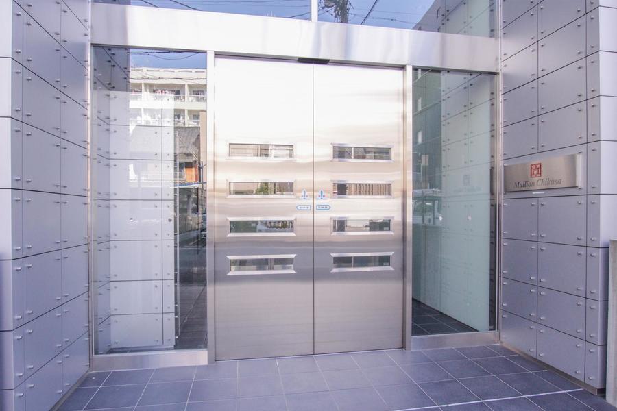 メタリックとガラスの扉はホテルやショップを思わせる佇まい