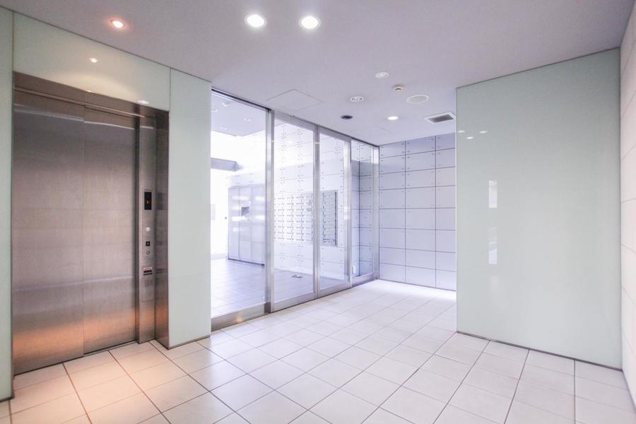 ガラスと淡いブルータイルがスタイリッシュな雰囲気を漂わせます