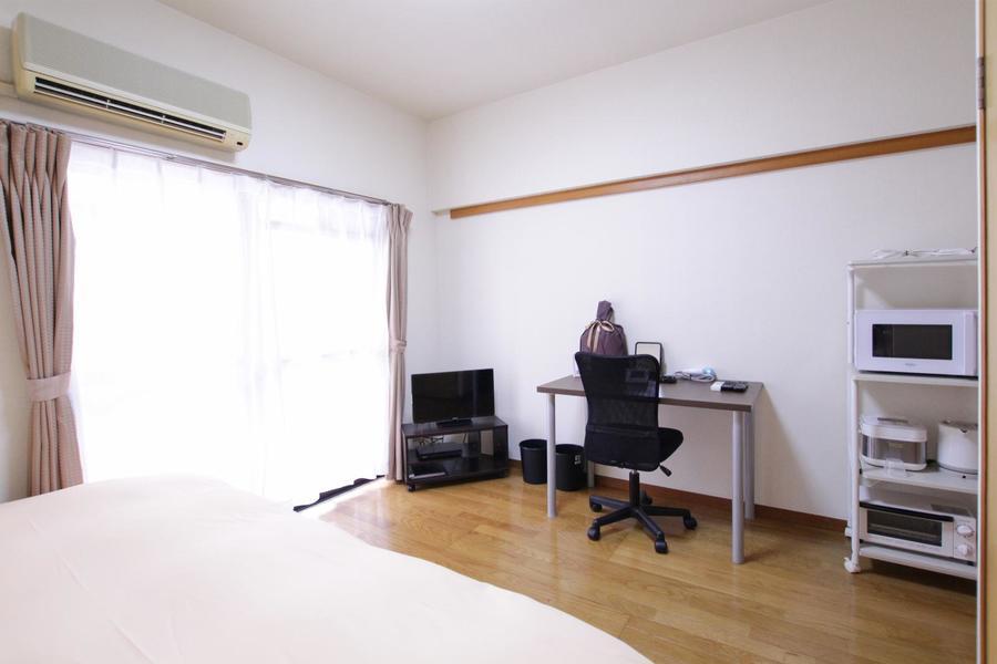 木目も美しいフローリングタイプのお部屋。窓も大きく取られています