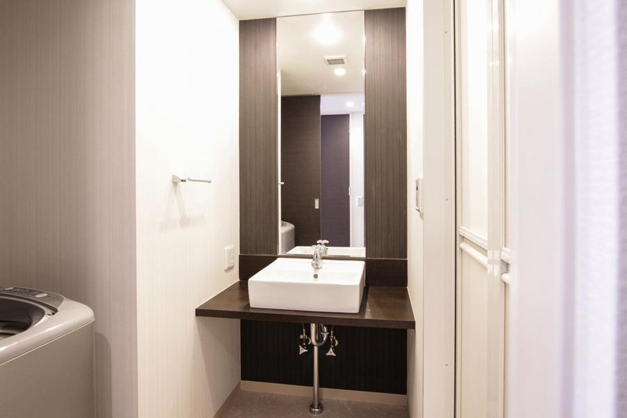 天井まで届くほどの大きな鏡が特徴の独立洗面台
