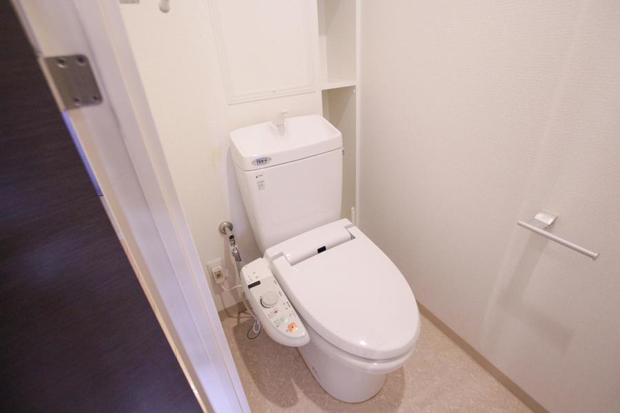 ホワイト系で統一されたお手洗い。シャワートイレを完備しています