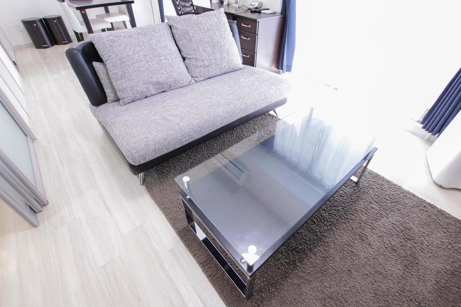ガラス張りのテーブルはシンプルかつスタイリッシュな雰囲気です