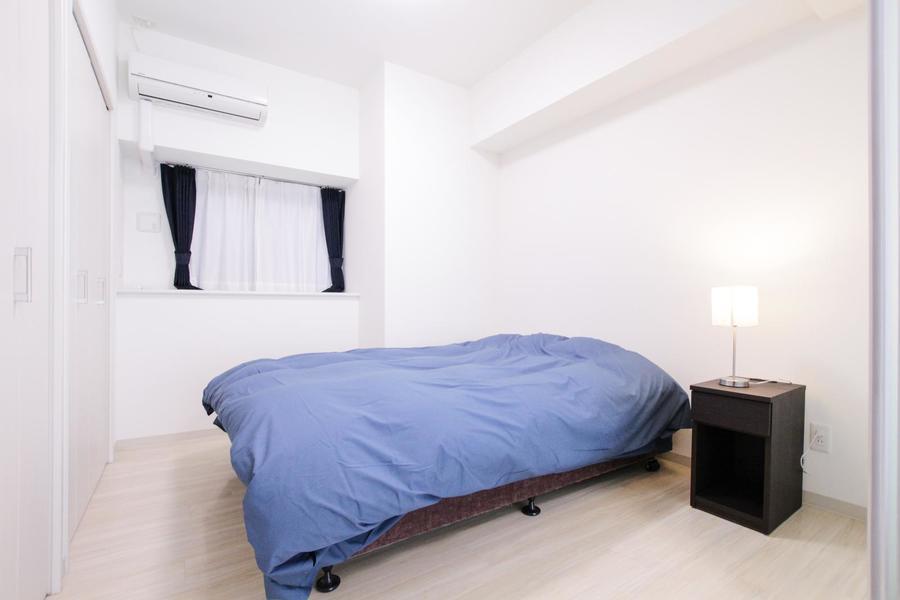 リビングに隣接した寝室。小さな出窓で自然光も取り込めます