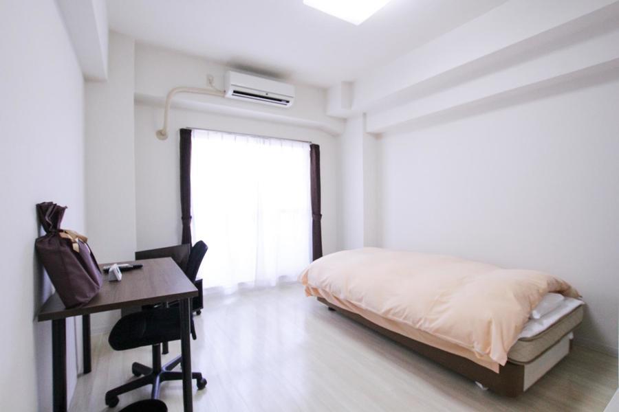 ホワイトカラーのフローリングが清潔感を感じさせる室内