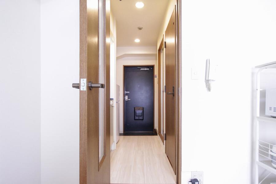 お部屋と廊下の間にはドアが設置。来客時のプライバシー確保にお役立て下さい