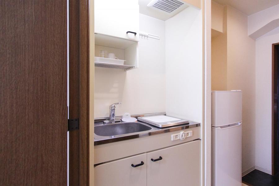 コンパクトなキッチンはIHコンロ採用。収納も豊富です