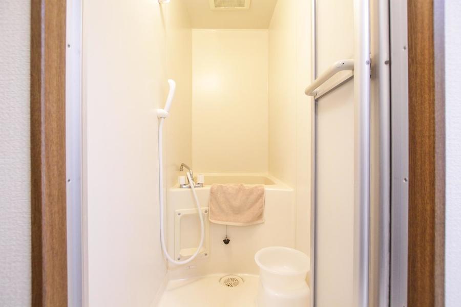 お風呂は小さめですが清潔感たっぷり
