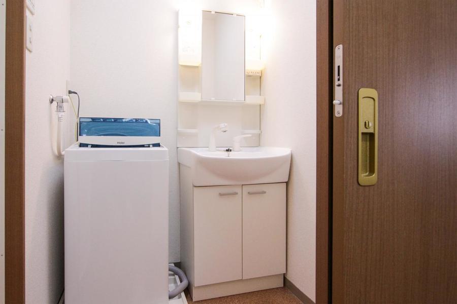 洗面台は小物スペースもたっぷり。人気のシャワードレッサーです