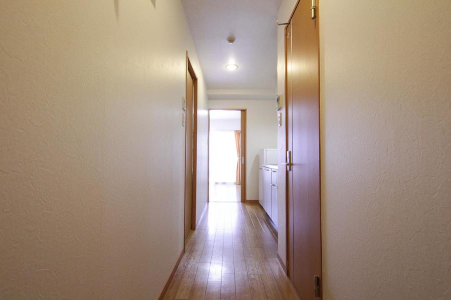 キッチン周りも室内と同じ色合いでまとめられており統一感があります