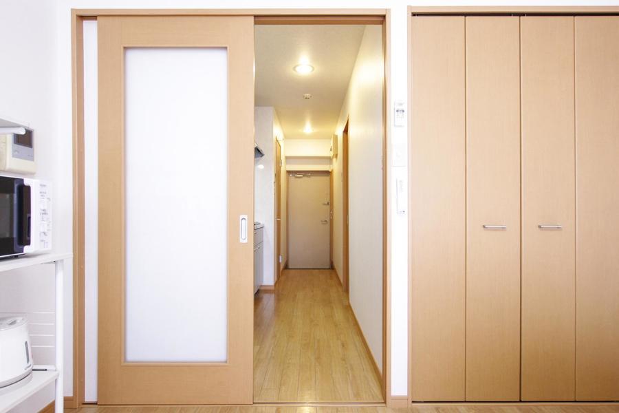 玄関とお部屋の間を仕切るスライドドア。目隠しににもなりプライバシーも確保