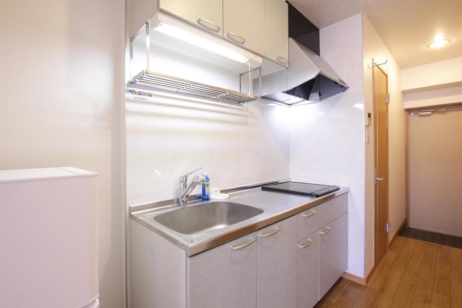 キッチンは使いやすいIHコンロ。作業スペースも広めに取られています