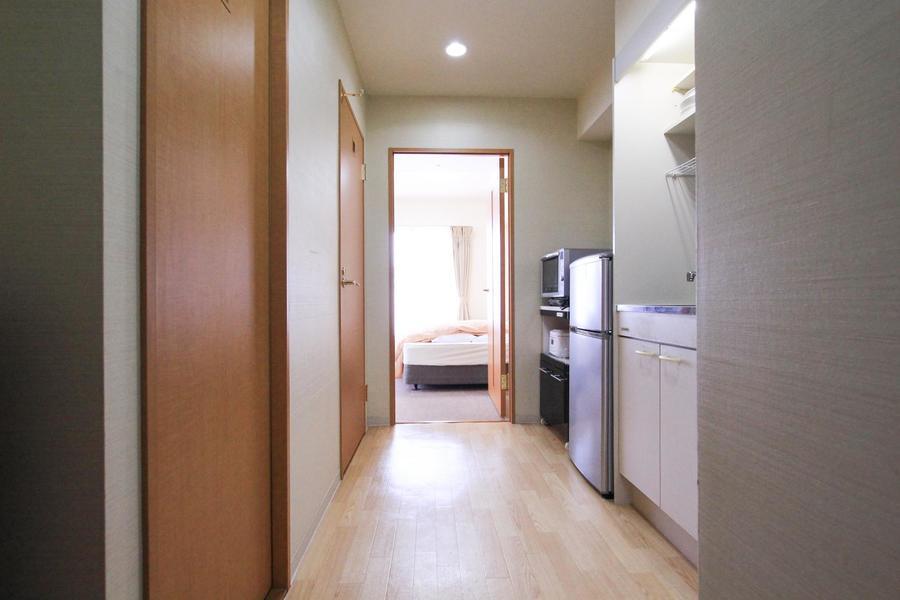 廊下は室内とは一転、木の温かみ溢れるフローリングタイプ
