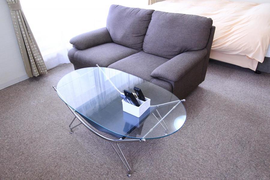 ソファーにはガラステーブルを添えてスタイリッシュな空間に
