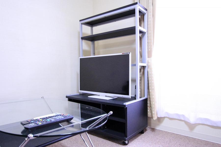 TV台は縦長タイプ。上部には小物を置くこともできます