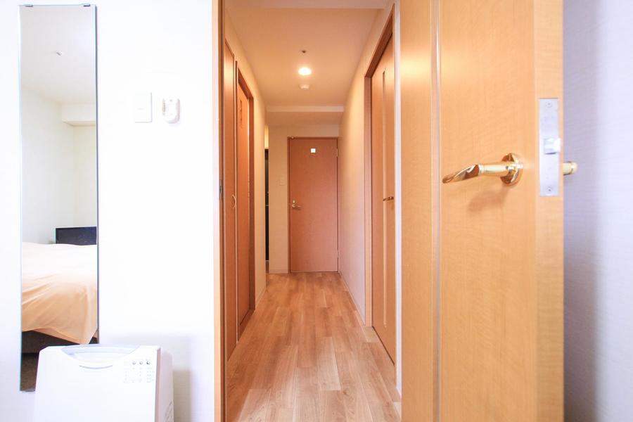 扉や床もウッドカラーで統一されあたたかさと落ち着きを感じさせます