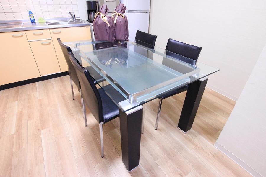 ダイニングテーブルもガラス製。ゆったり使える4人掛けです
