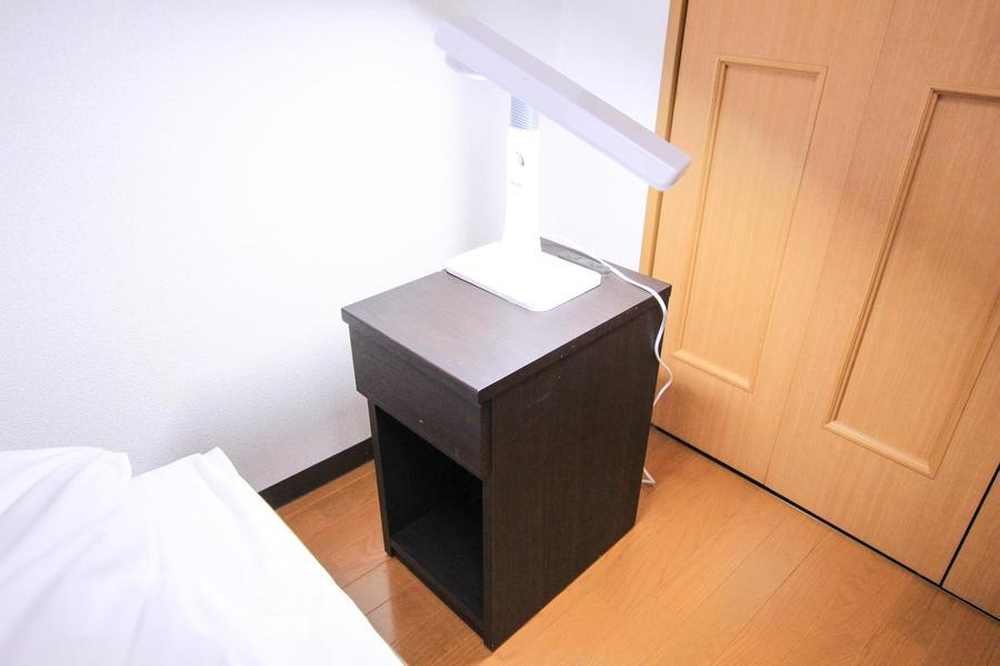 ベッドサイドには便利なサイドテーブルとライトをご用意
