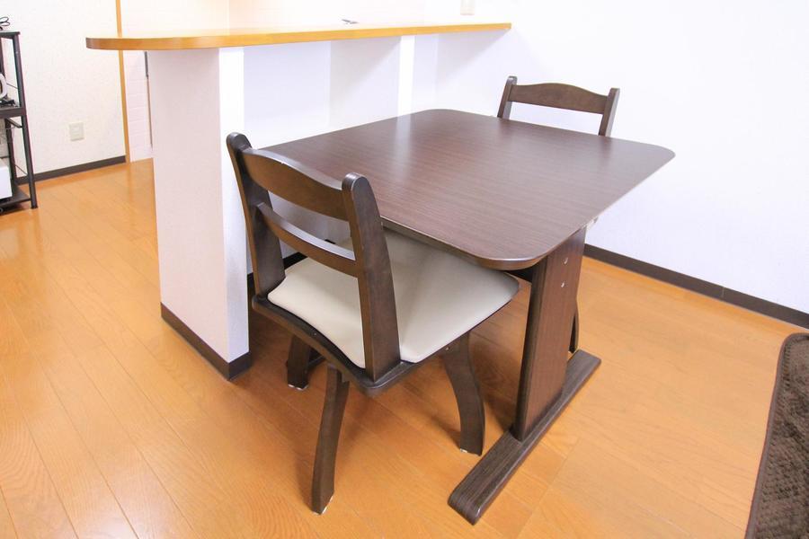 二人がけタイプのダイニングテーブル。シンプルかつ使いやすいデザインです