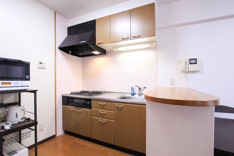 システムキッチンは充実の3口コンロ。お料理好きの方もご満足いただけます
