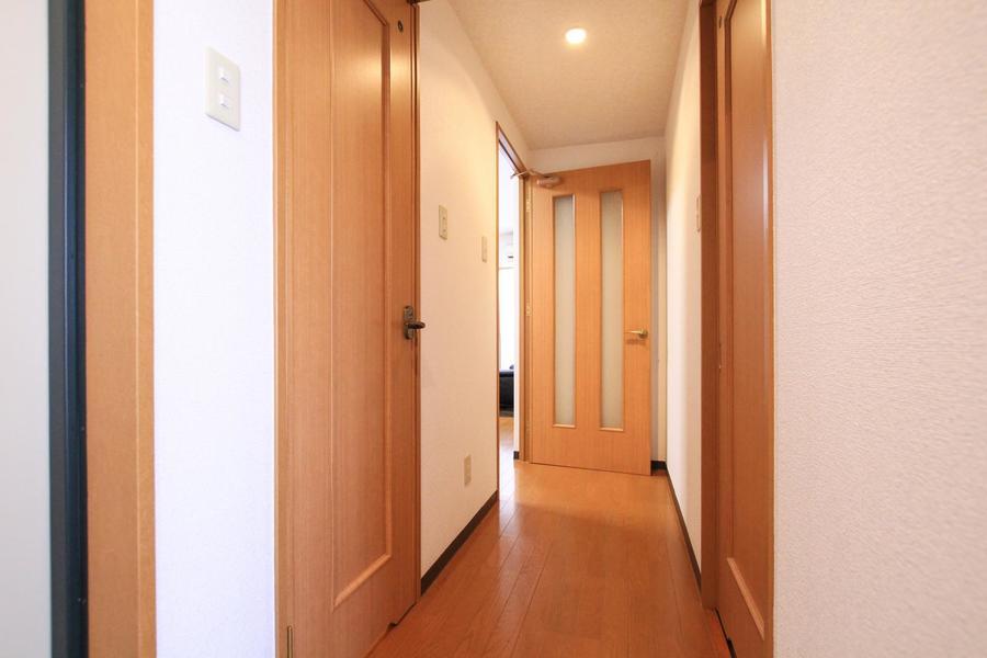 木目調の扉はシンプルながらも、どこかあたたかさを感じさせます