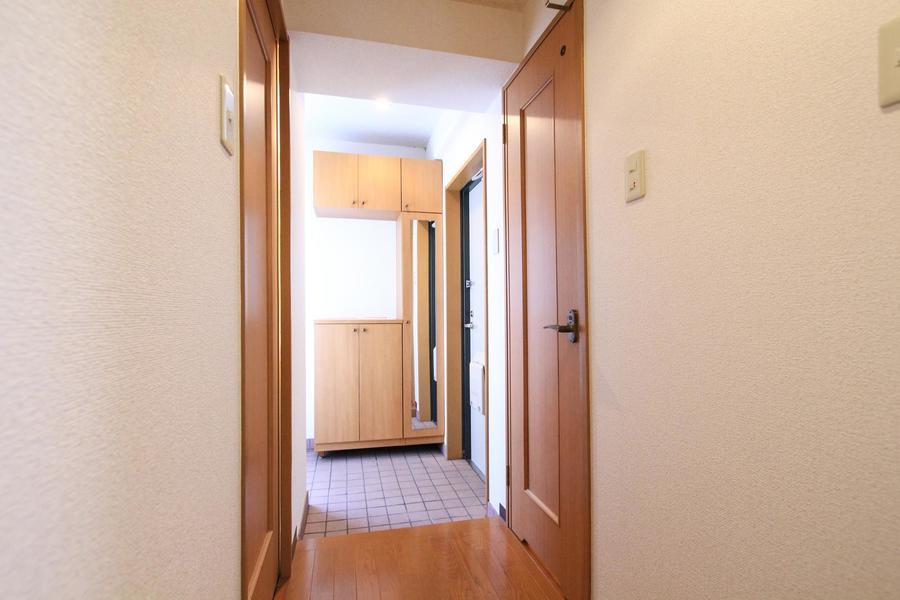玄関にはシューズボックスと姿見が設置。広さもあり窮屈さを感じさせません