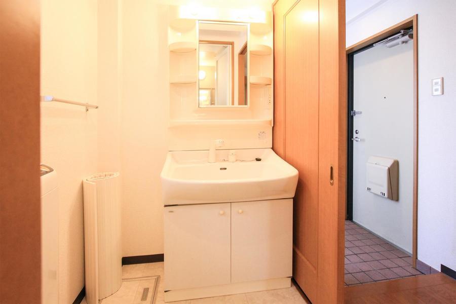 清潔感あふれる洗面台にはたっぷりの小物置き場も!