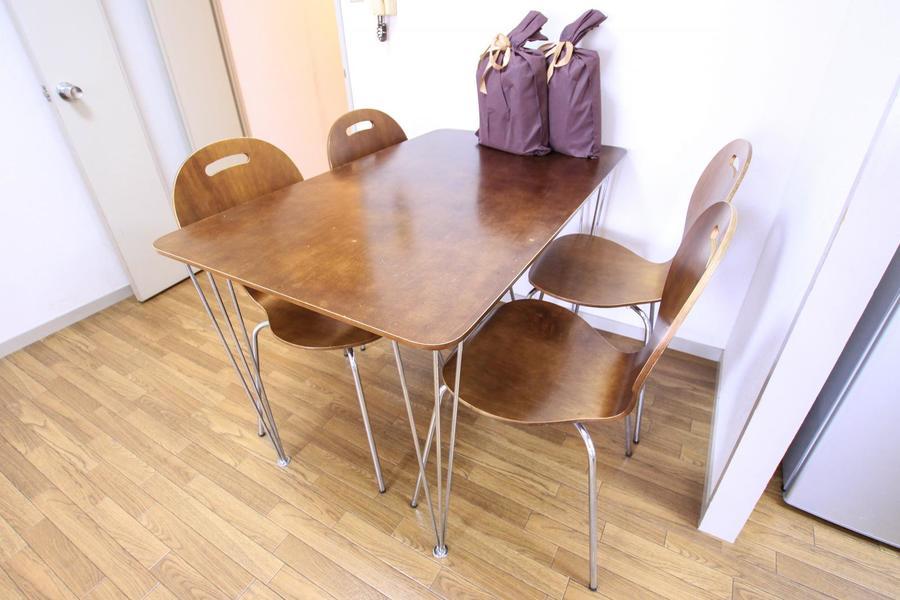 ダイニングテーブルは木目が鮮やか。4人がけタイプです