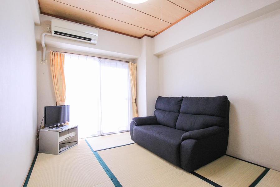 日本人には馴染み深い和室。こちらにはテレビとソファをご用意しています